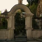 Вход на старинное кладбище