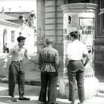 До свидания. мальчики! Спорят у здания Турецкого консульства в Евпатории