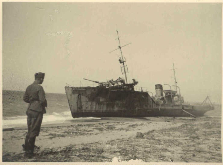 """расстреляный тральщик """"Взрыватель"""", Евпатория 1942 год"""
