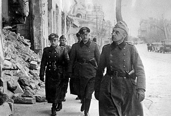 """фашисты у разрушенной гостиницы """"Бейлера"""", вдали -собор Св. Николая"""