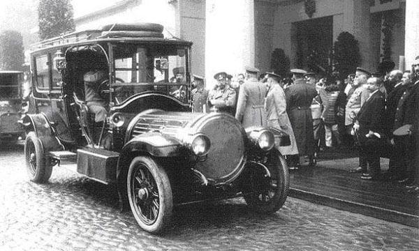 Николай II садится в автомобиль.