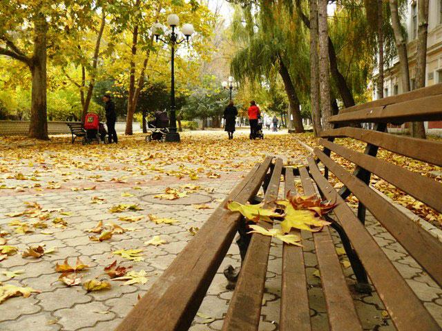 Евпатория, ул. Дувановская в осенней листве