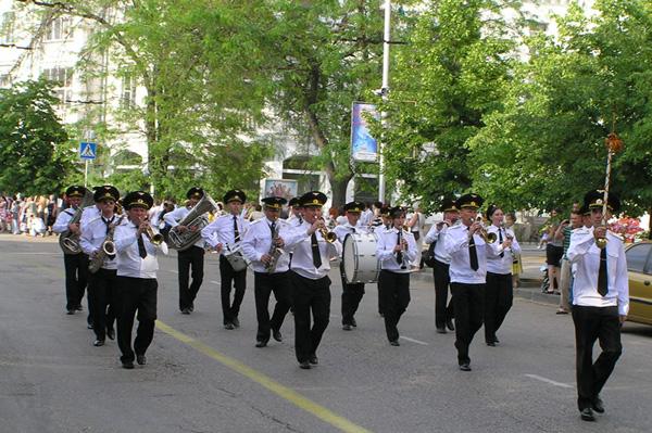 парадом военных оркестров