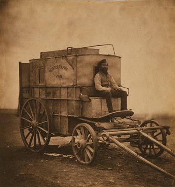Тот самый фургон, который стал мобильной фотолабораторией первого в истории военного фото-репортёра Роджера Фентона.
