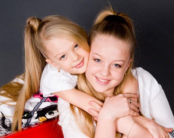Девочек,старшего и младшего возраста. Плюс. Две сестры. Минус(писал…