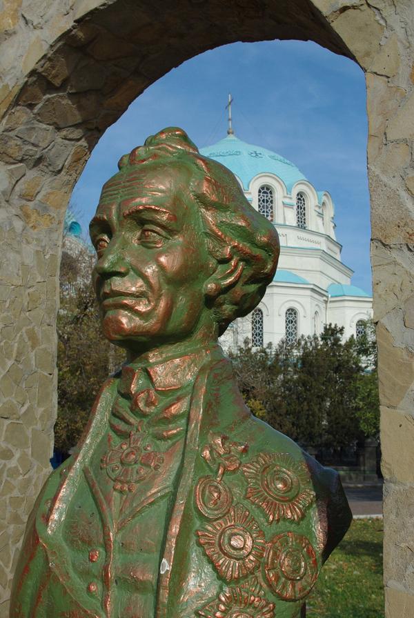 Суворова на фоне Николаевского