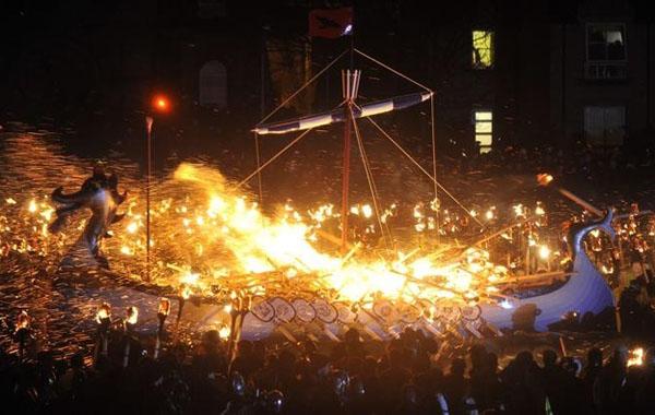 фестиваль викингов в шотландии- факельное шествие