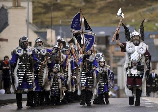фестиваль викингов в шотландии-шествие------------------
