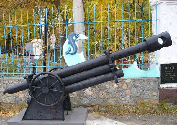 корабельная пушка у входа в музей скульптуры