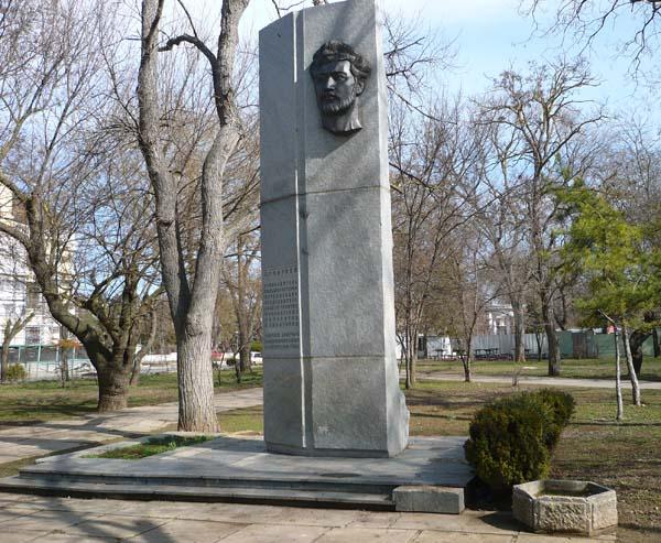 памятник Давиду Караеву