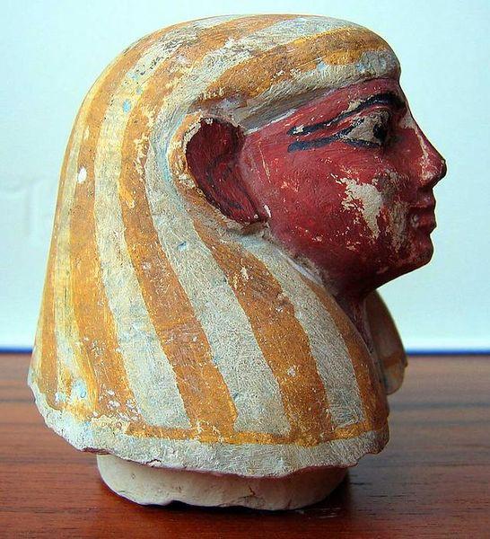 Конапа-крышка в виде головы Амсета
