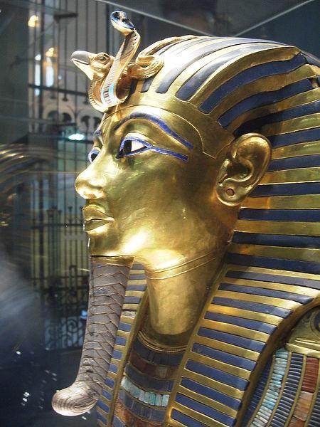 Урей на лбу маски Тутанхамона.