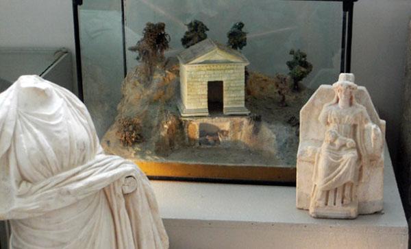 метровая статуя Кибелы с львенком