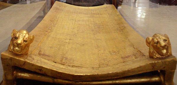 Tutankhamun's_bed_(Cairo_Museum)