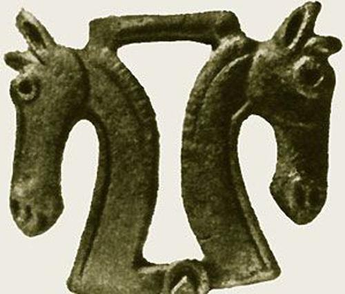 Две конские головы. Бронзовая пряжка, Тагискен