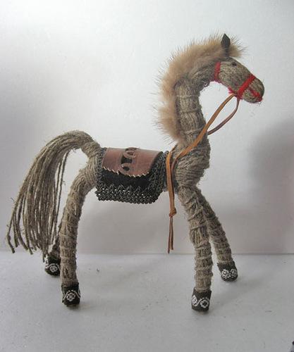 лошадка из льняной нитки