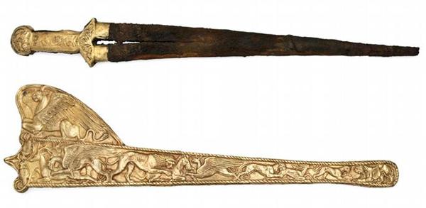 Древние греки и скифы уходили в «другой мир» в полном облачении - с мечом, луком, стрелами и шлемом.