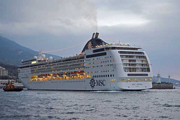 MSC OPERA прибывает в Ялту ранним утром 13 октября 2012 ---