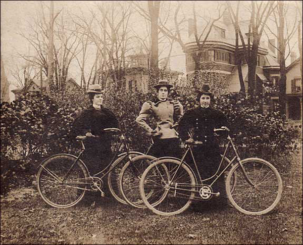 1900-Three proud ladies