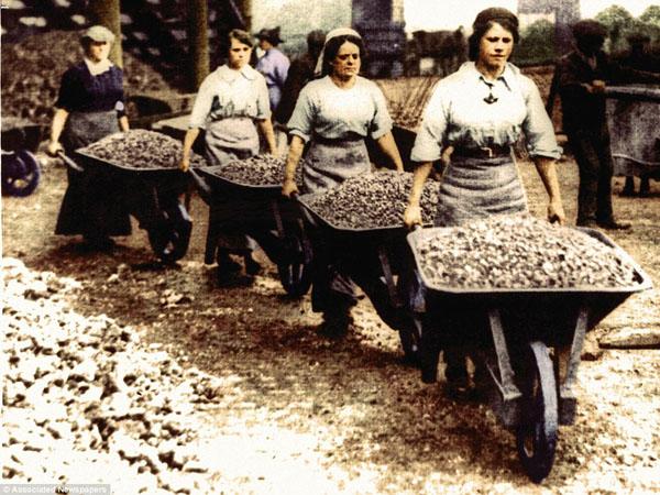 1917-13. Молодые девушки и женщины во время войны