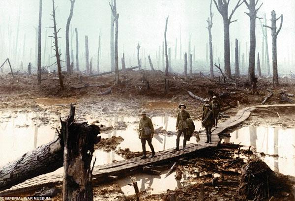 1917-4.  Переход  солдат по деревянным мосткам