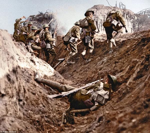 1917-6. Британские солдаты идут в атаку
