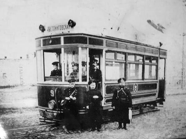 Вагоновожатые, кондуктор и полицейский возле трамвая, август 1914 г.