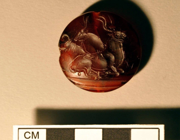 могила-воина-грифон - Камень с печатью (minoico).
