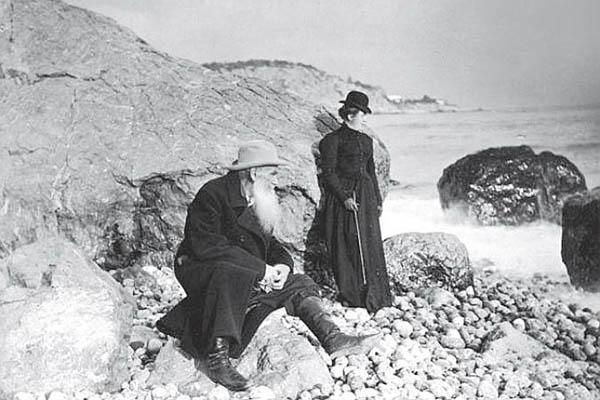 Лев Толстой с дочерью Сашей на берегу моря, Крым, 1901