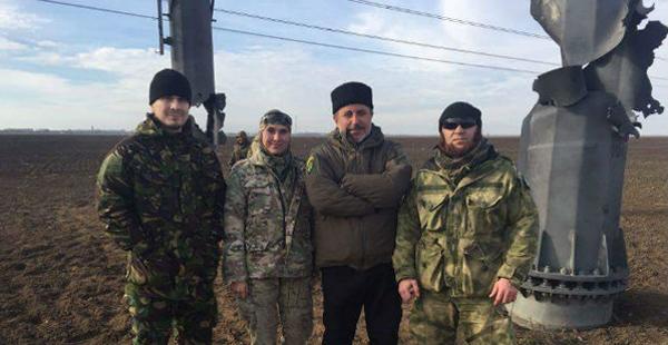 1-Ленур Ислямов вместе с другими активистами