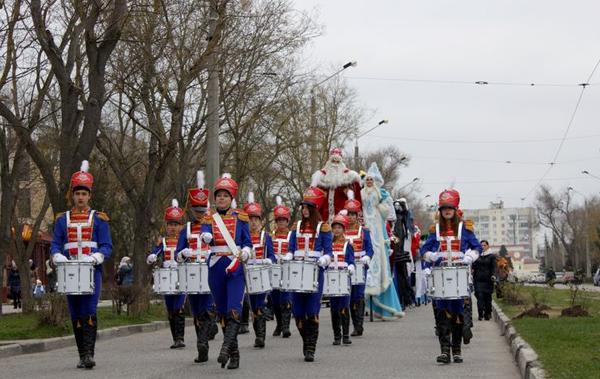 Евпаторийские гусары-барабанщицы на открытии зимнего фестиваля в 2015 году