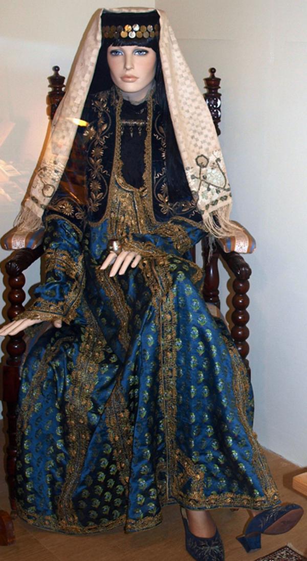 Караимская национальная одежда.--