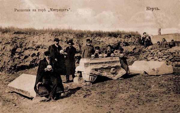 Раскопки на горе Митридат в Керчи. Дореволюционная открытка.