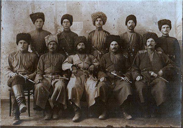 Севастополь, 18 апреля 1915 г. Начальник штаба 2 Кубанской пластунской бригады полковник Н.А. Букретов (в центре) с офицерами пластунами.