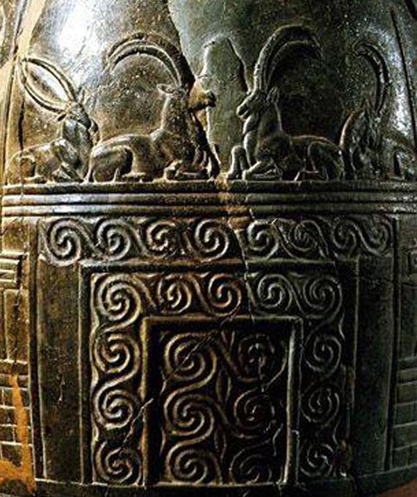 козы сидят на вершине храма