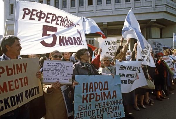 Митинг возле Верховной Рады Крыма. Попытка провозглашения суверенитета Крыма, 1992 год. Фото Алексея Федосеева