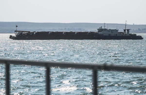 1-Баржа перевозит технику по Керченскому проливу