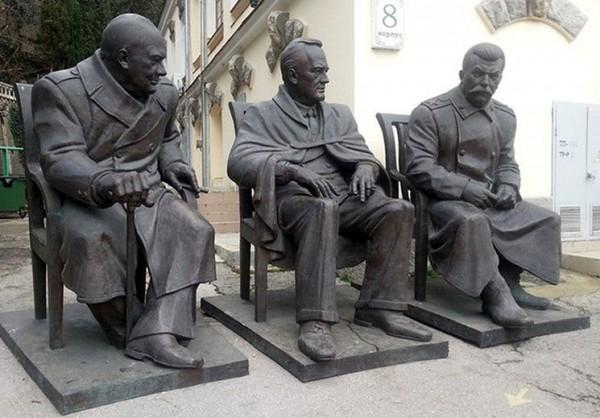 1- памятник сталину-черчилю -рузвельту