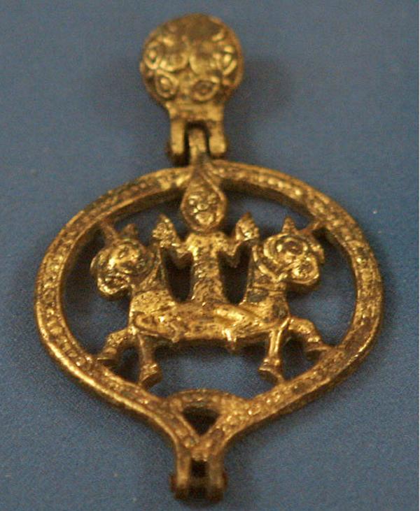 Астраханская хазарская золотая бляшка с Великой Богиней Матерью (Апи), почитаемой у скифов