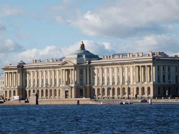 В Ленинградском музее Академии художеств--