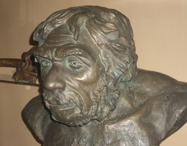 Неандерталец из Ля-шапель-о-сен. Скульптор Герасимов. Биологический_музей