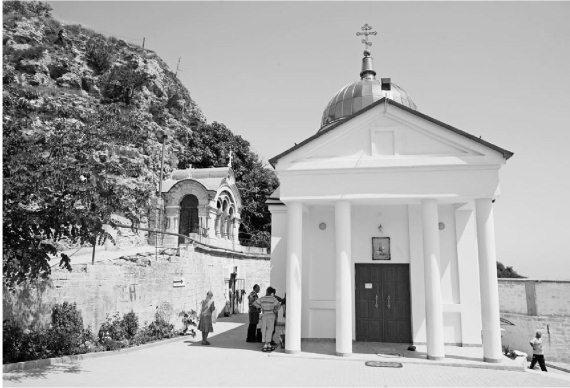 слева-Пещерный храм рождества христова