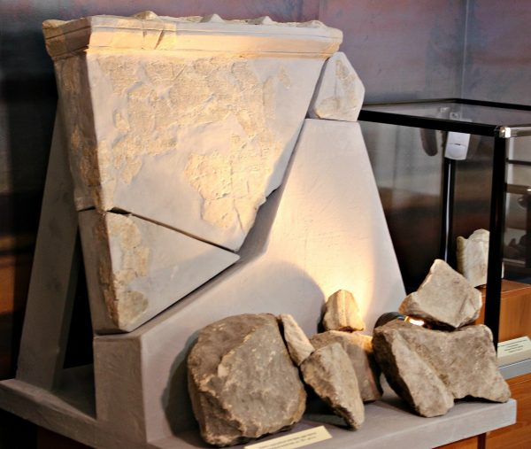 """Плита с надгробной эпитафией царя Аргота на выставке """"Неаполь не скифский: два века археологии древней столицы"""" в Центральном музее Тавриды"""