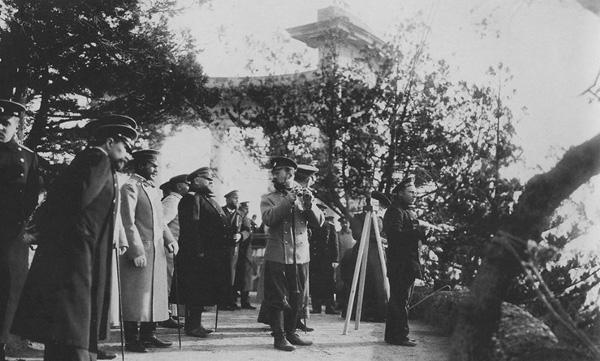 Император Николай II со свитой у ротонды в Ореанде,1902.