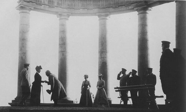 Император Николай II и Императрица Александра Федоровна со свитой в ротонде.