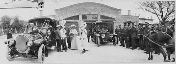 Императорская семья перед императорским гаражом в Ливадии, 1913 г .