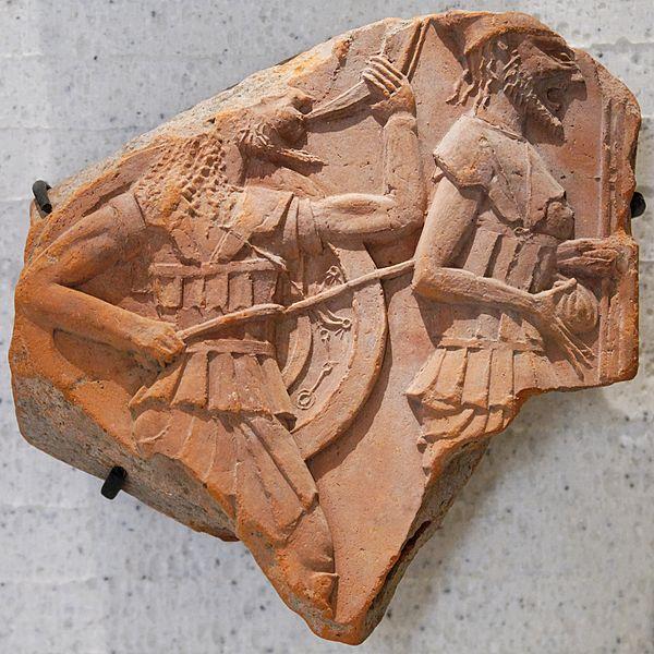 Находка из Аполлонии Понтийской. Обломок терракотового фриза с изображением двух гоплитов.