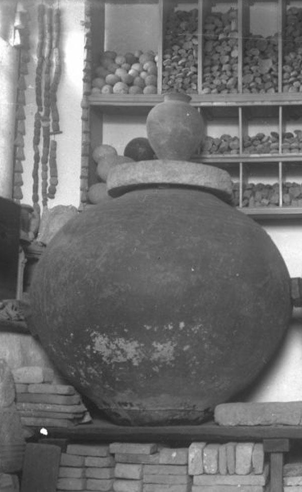 11в= помещении Склада местных древностей