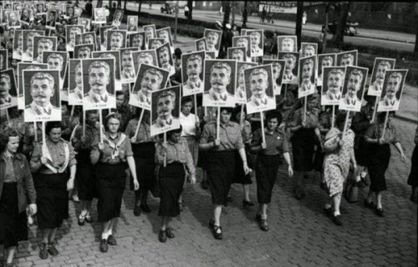 Немецкие женщины на параде 9 мая 1951 года