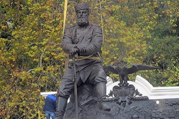 Памятник выполнен из бронзы. Император изображен сидящим на срубе дерева, опираясь на саблю. Монумент изготовлен на одном из уральских заводов. Рядом с фигурой Александра III – двуглавый орел.